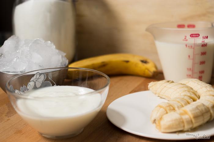 Ingredientes para elaborar un refrescante y sano batido helado de plátano y yogur.