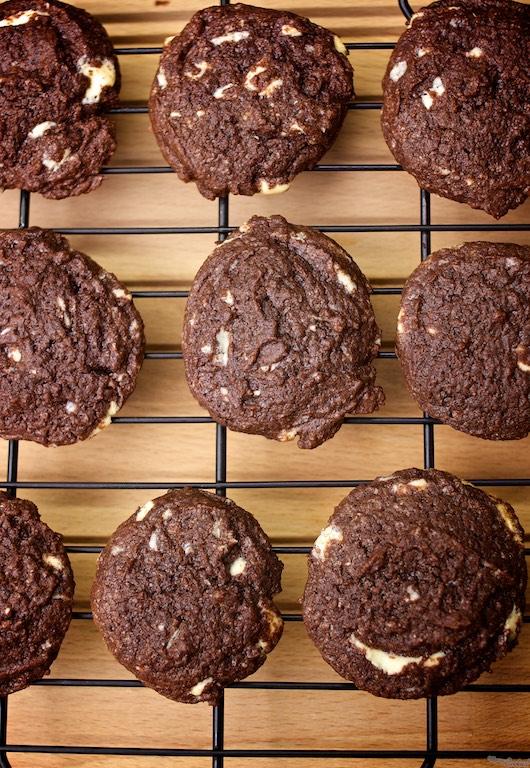 Voilá! Cookies americanas con chips de chocolate, cocinadas en un ratito. Receta para golosos sin tiempo.