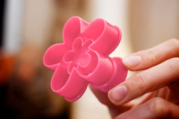 El cortador con expulsor ideal para las galletas «Linz». ¡Botón mágico!