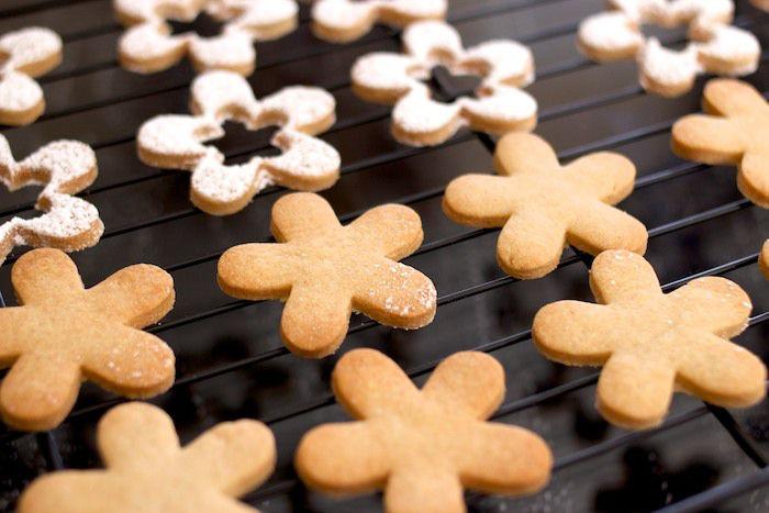 Galletas Linz con nuestra propia masa de galleta. Con los bordes bien horneados y listas para aguantar tentaciones.