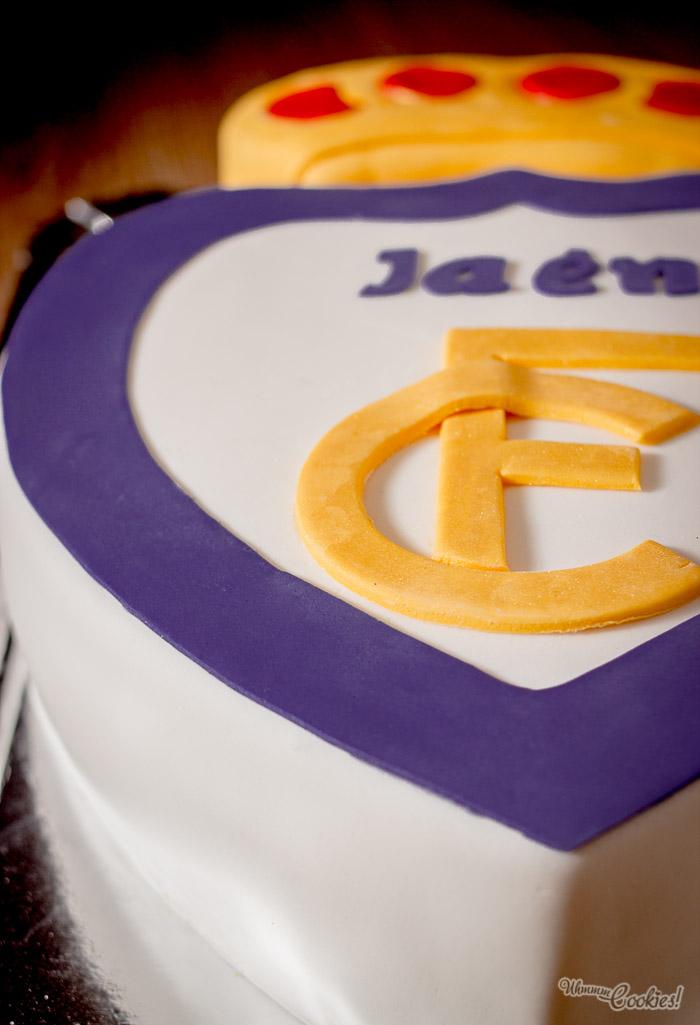 El escudo del Real Jaén C.F. atrapado en fondant y en formato de tarta, que endulza tanto las derrotas como las victorias. Un win-win.