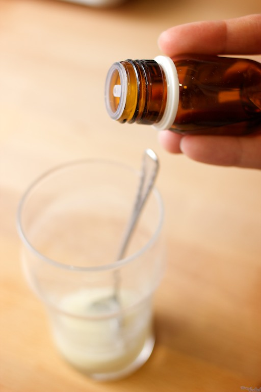 Añadiendo unas gotas de aromas conseguiréis glasas de diferentes sabores. Aseguraos de que sean transparentes o la teñirán. No, no hay aroma a chorizo.