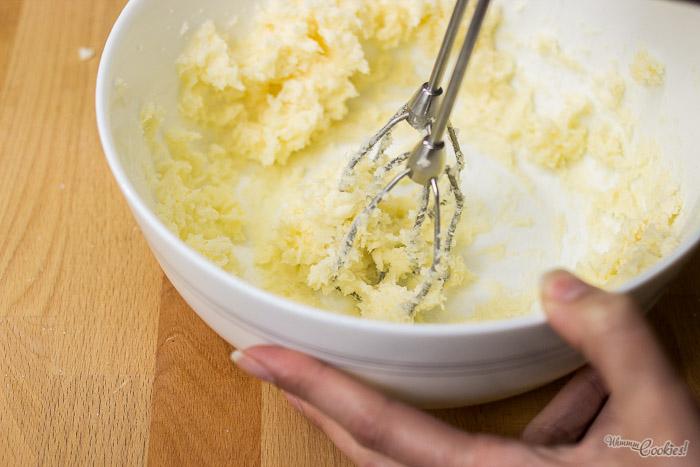 Parece puré de patatas, pero no, es mantequilla enrollándose con el azúcar. Niños, no miréis